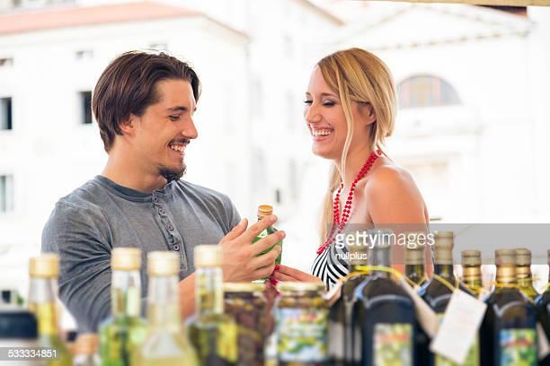 若いカップルショッピング、オリーブオイル