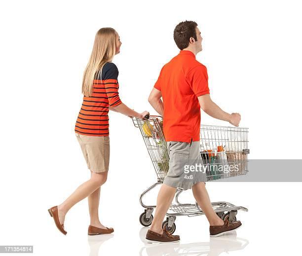 Junges Paar Einkaufen im Supermarkt