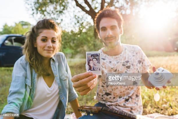Junges Paar mit einem Retro-Selfie Foto