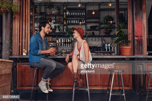 Jeune couple assis au comptoir à café : Photo