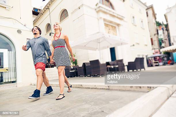 Jeune couple se promener town square