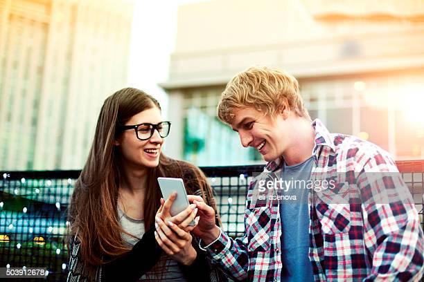 若いカップルでのネットサーフィン、東京の携帯電話