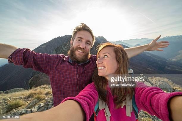 Junges Paar macht selfie-Porträt auf mountain trail