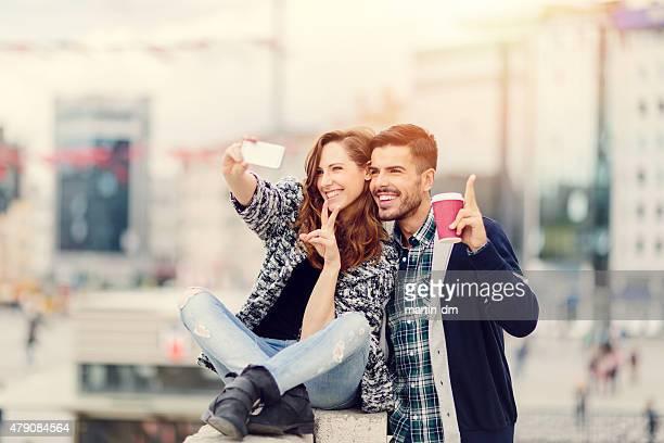 Joven pareja tomando un autorretrato juntos