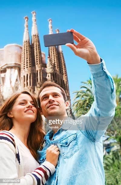 Jeune couple prenant selfie à Barcelone