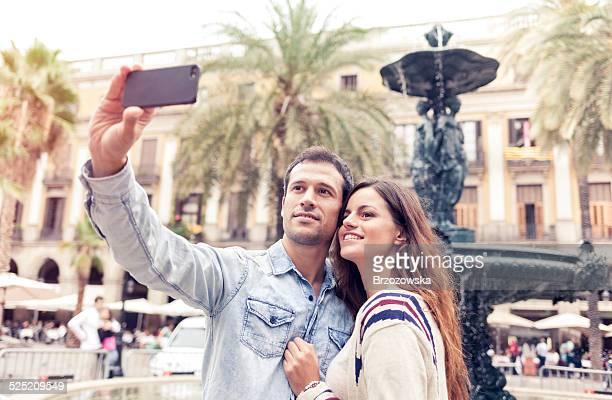 Jeune couple prenant selfie sur la Plaza Real (Barcelone, de la Catalogne, Espagne).