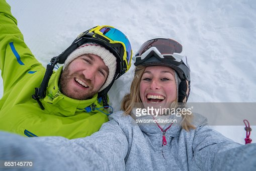 Young couple taking selfie on ski slope, Switzerland : Stock-Foto