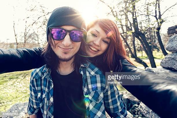 Pareja joven tomando autofoto juntos