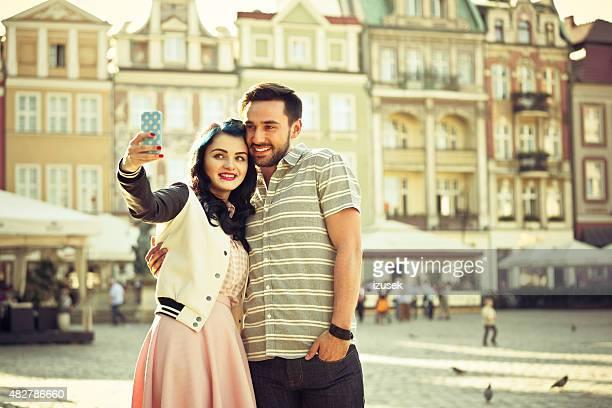 Junge Paare, die selfie mit Smartphone