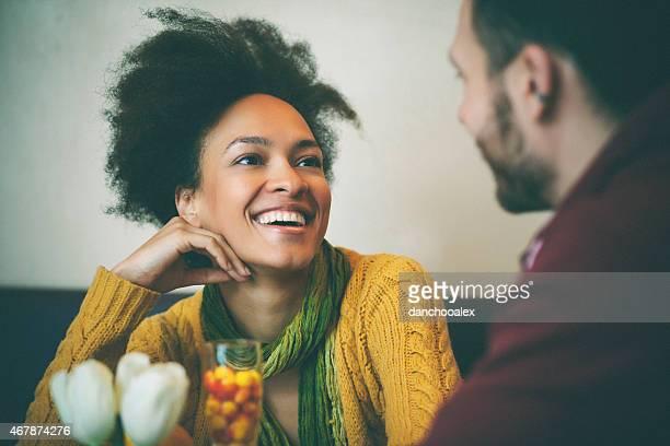 若いカップルで話しているコーヒーショップ
