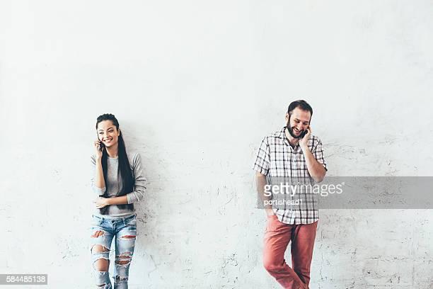 Junges Paar sprechen über das Telefon