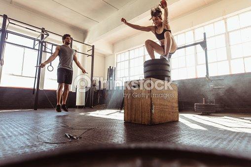 Junges Paar Training hart in der Turnhalle : Stock-Foto