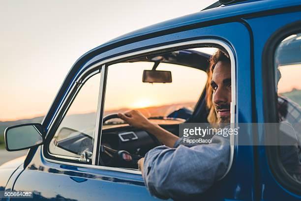 Junges Paar mit einem Retro Auto-Reise