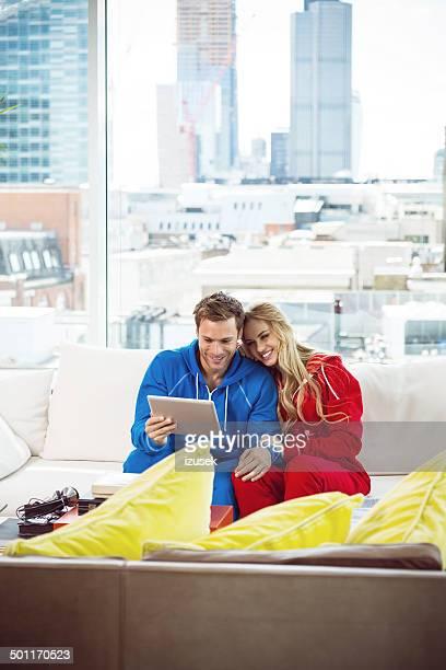 Junges Paar mit einem tablet PC