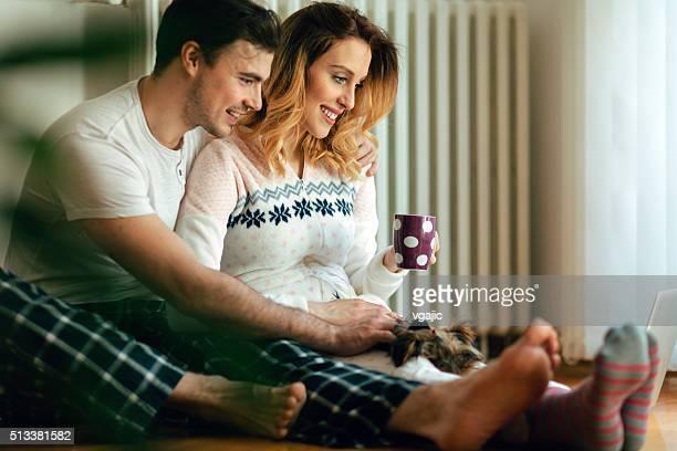 Junge Paar mit Laptop im Wohnzimmer.