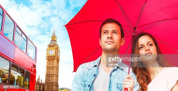 Jeune couple de découvrir Big Ben à Londres