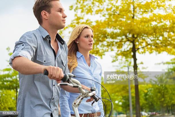 Junges Paar zu Fuß in die Stadt-park in Berlin