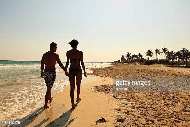 Junges Paar zu Fuß am Strand