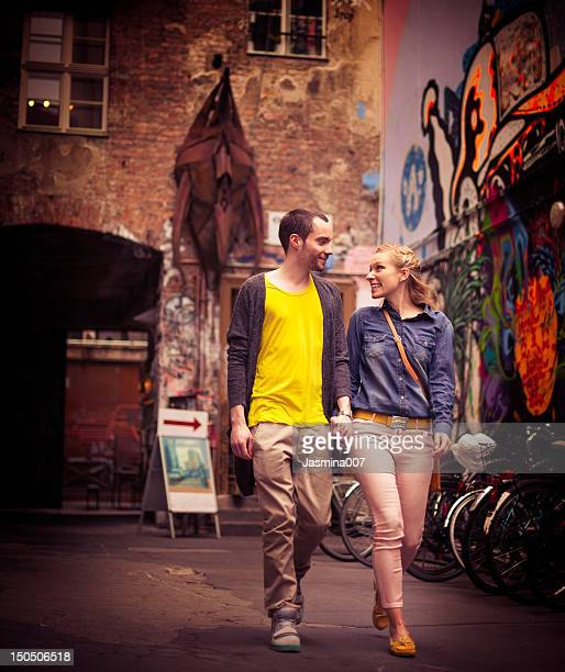 Junges Paar zu Fuß auf der Straße. Berlin, Deutschland
