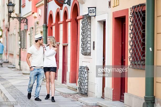 Junges Paar zu Fuß in den Straßen von Breslau.