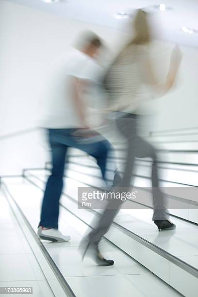 Jeune Couple marche à l'étage dans un intérieur blanc vif