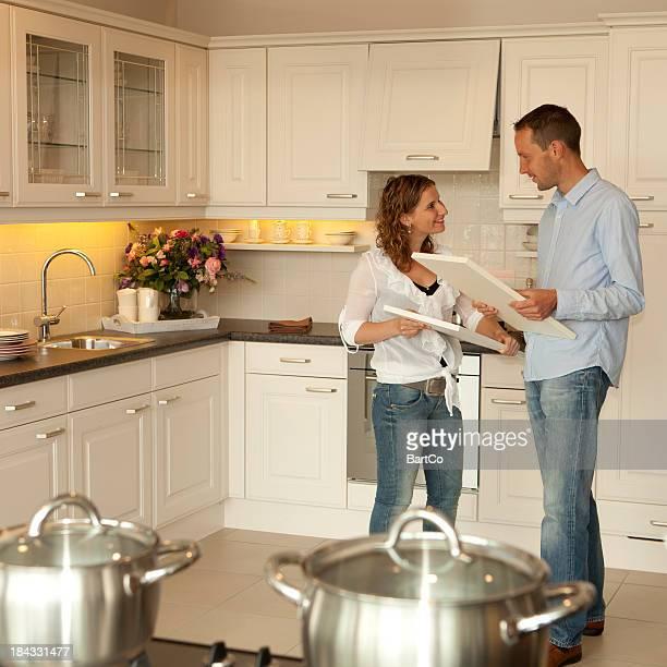 Junges Paar Kauf tätigen möchte eine neue Küche im showroom ansehen.