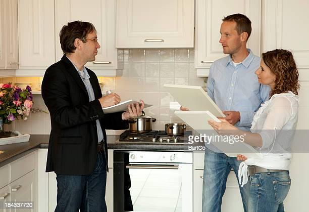 若いカップルの購入を希望して新しいキッチンを保存します。