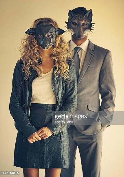若いカップルを着て、動物のマスク