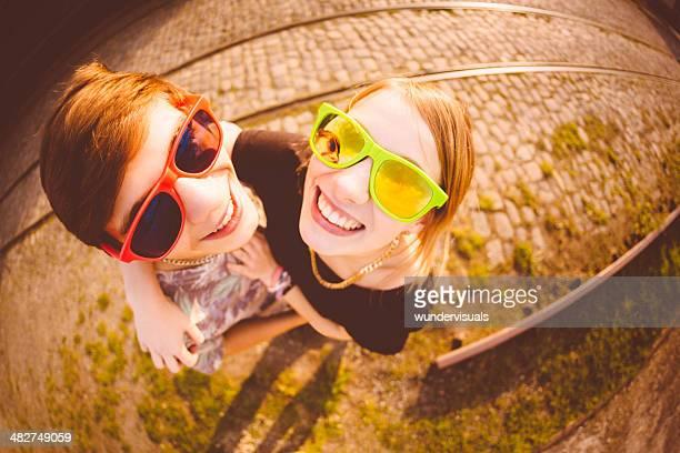 Junges Paar mit Sonnenbrille