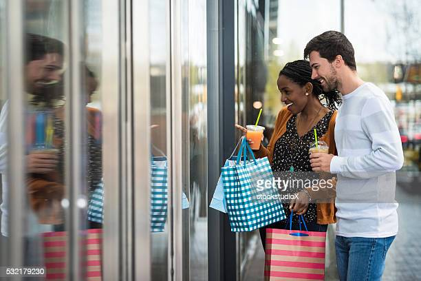 Jeune couple faire du lèche-vitrine