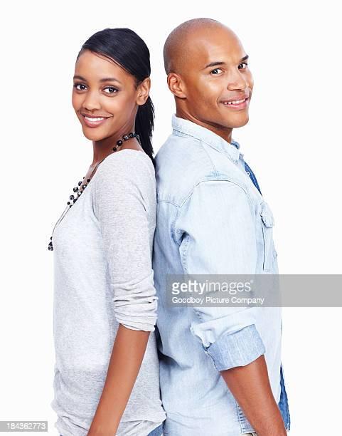 Junges Paar mit einem Rücken gegeneinander