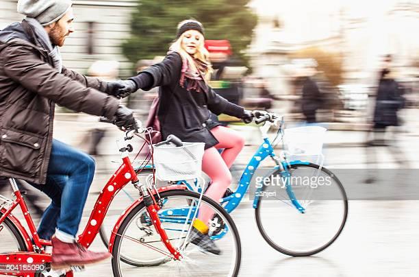 Junges Paar mit Fahrrad