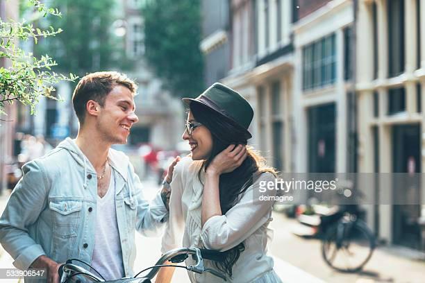 若いカップルに自転車は、街の通り