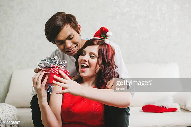 Joven Pareja con regalo de navidad