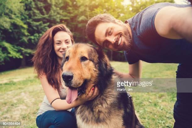 Jeune couple avec chien dans le parc