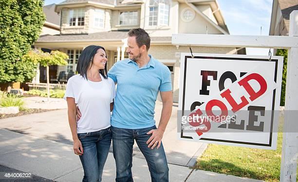 """Junges Paar mit """", verkauft für Verkauf real estate sign"""
