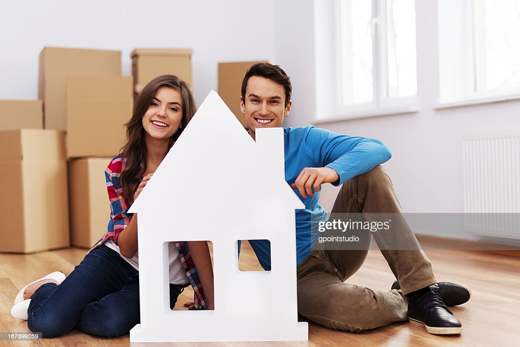 Young couple with house sign : Stockfoto
