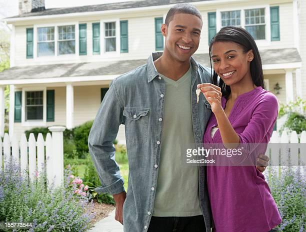 Giovane coppia con chiavi per una nuova casa