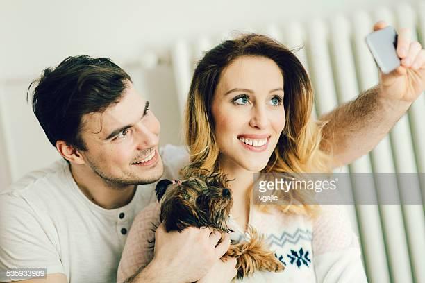 Junges Paar mit Ihrem Hund, Selfie.