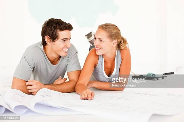 Jeune couple travaillant sur leurs projets pour achever la maison