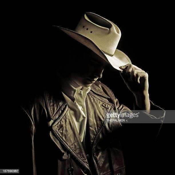 Les pourboires sont un chapeau jeune cow-boy