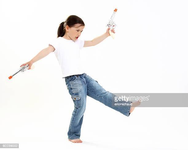 Jeune Cow-girl avec un pistolet en plastique