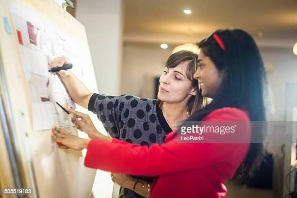 Junge kreative Architekten arbeiten im Büro