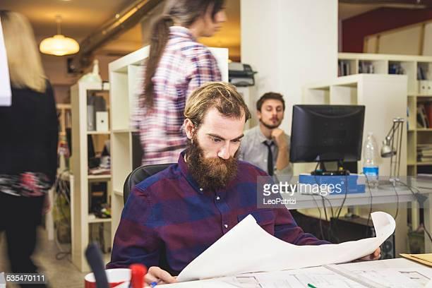 Jeunes créatifs au travail dans le bureau