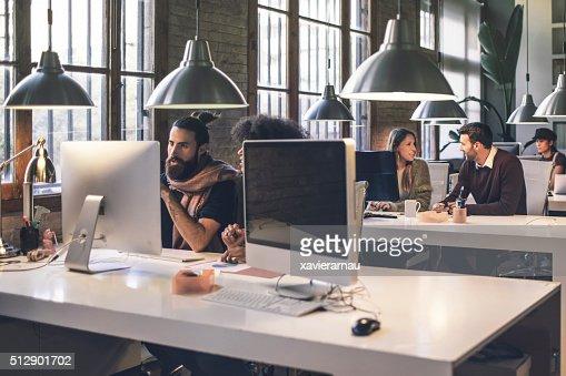 Joven creativa negocio personas trabajando hasta tarde en la oficina