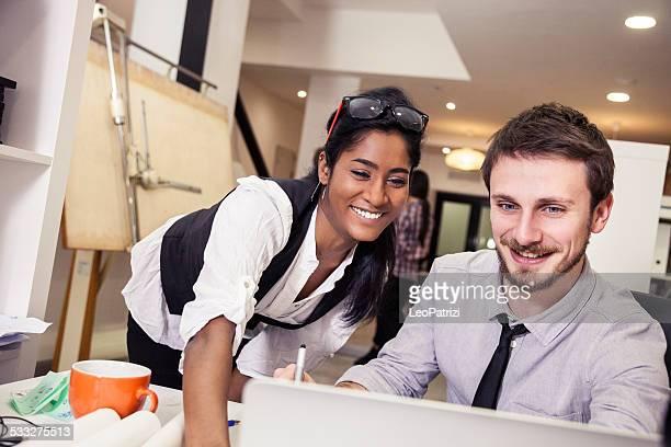 Jeune équipe créative au travail dans le bureau
