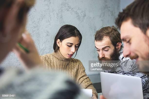 Jeune équipe créative pour réunion