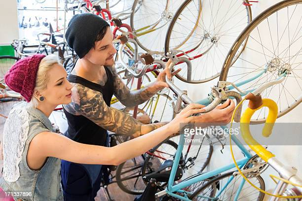 Junge Kunden in ein Fahrrad-store