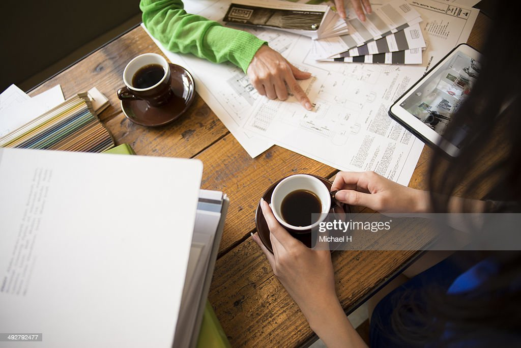 young designer discussing with custmer in cafe : Stock Photo
