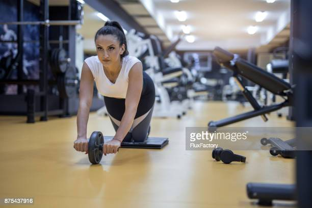 Young bestimmt Frau training im Fitness-Studio